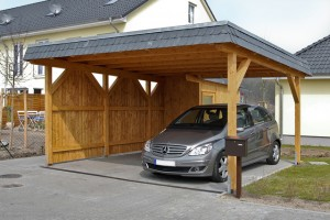 Doppel-Flachdachcarport aus Fichte Leimholz mit Naturschiefer-Dachblende